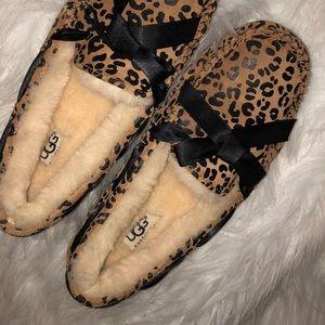 Shoes - UGG moccasin slipper shoes